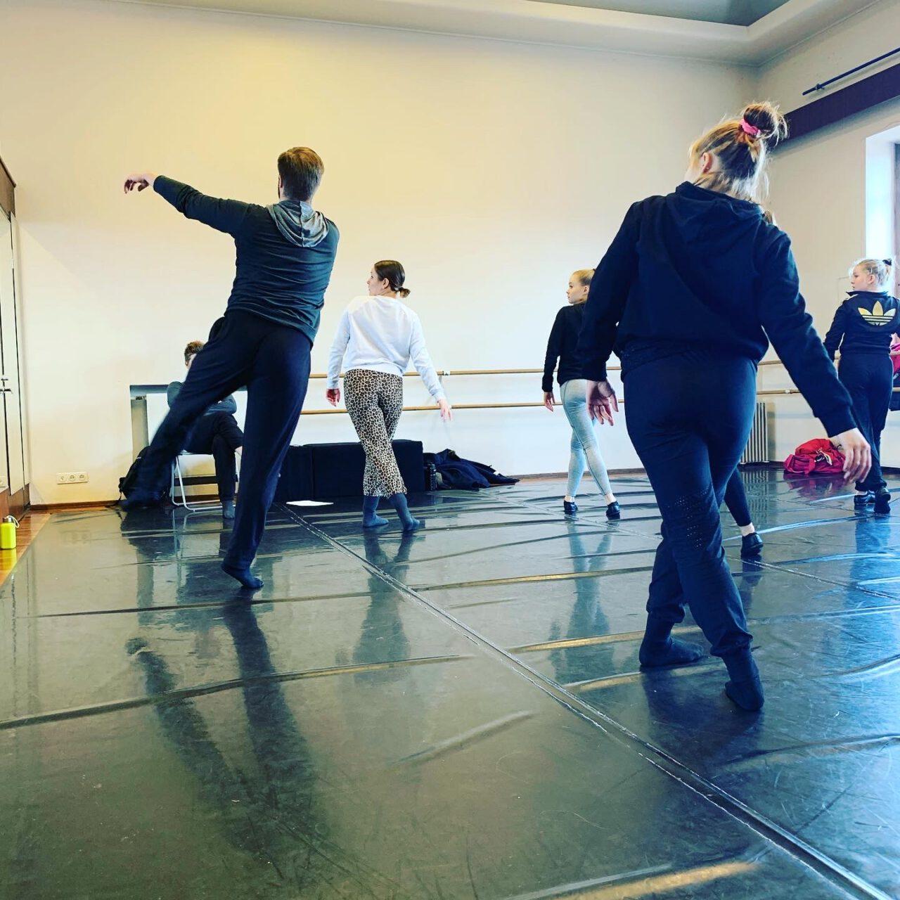 Tunneilla työstetään pienimuotoisia koreografisia sommitelmia niin valmiin liikemateriaalin kuin improvisaatiotehtävienkin pohjalta. Tanssisalin lisäksi työskennellään erilaisissa ulkotiloissa ja otetaan ympäristö osaksi omaa tanssia. Pääpaino on havainnoivassa liikkeessä, ympäristön ja toisten aistimisessa sekä kokonaisvaltaisessa kokemuksellisuudessa.